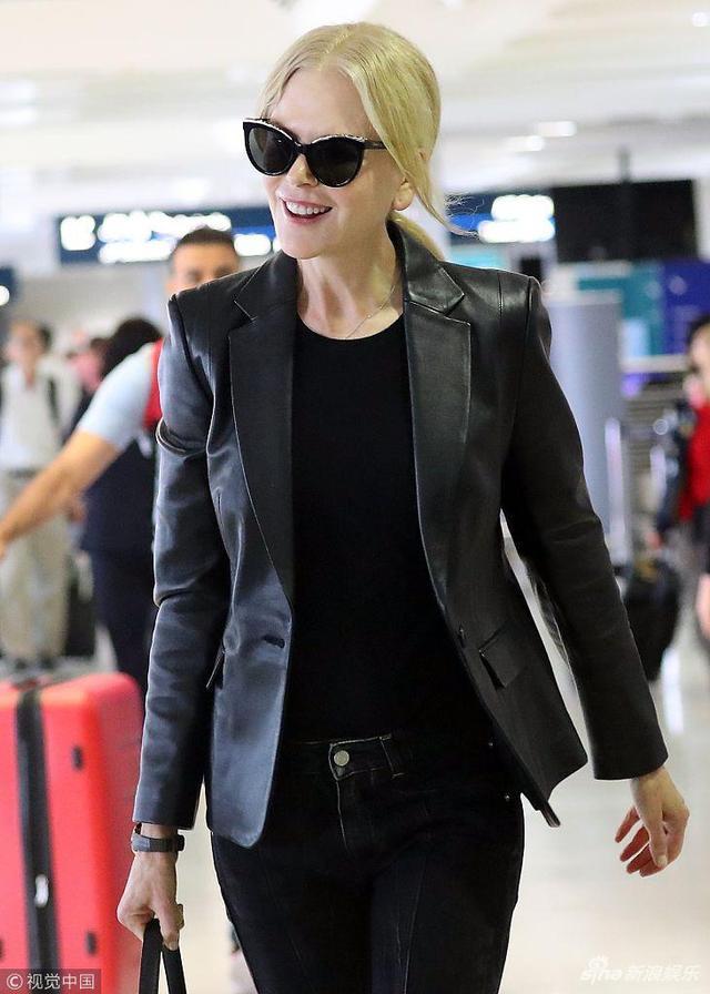 新浪娱乐讯 当地时间2018年12月6日,悉尼,妮可·基德曼(Nicole Kidman)现身机场。她戴着墨镜,身穿黑色皮夹克,身形纤细,整个人看起来干练有型,一路和工作人员聊天心情愉悦。