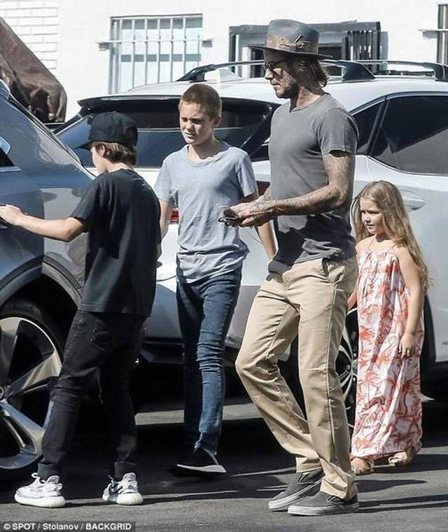新浪娱乐讯 当地时间2017年8月11日,美国加州,贝克汉姆带着孩子们外出。胖嘟嘟的小七穿着花裙跟着爸爸和哥哥后面,十分乖巧。