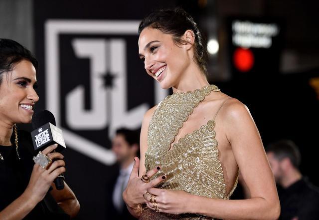 新浪娱乐讯 洛杉矶当地时间13日,盖尔·加朵出席《正义联盟》首映礼。她身穿金色流苏长裙大秀美腿,全程笑容满面明艳动人。