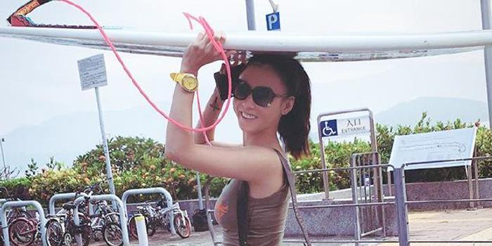 張柏芝曬海邊度假照 雙手舉沖浪板腰細腿長狀態佳