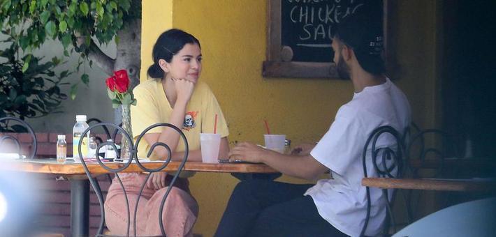 赛琳娜未受比伯影响和神秘男吃早餐