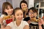林心如陈妍希与好友聚餐 素颜出镜笑得甜