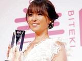 深田恭子當選今年理想容顏 登臺領獎談來年計劃