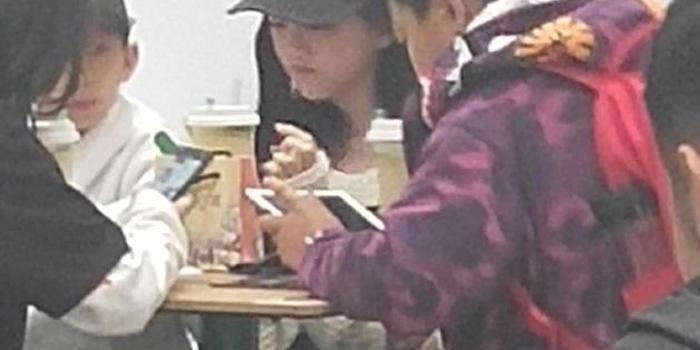 王菲12歲女兒李嫣近照曝光 與小伙伴組團逛街