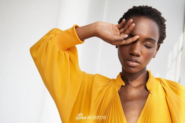 坦桑尼亚超模Herieth Paul出镜《So It Goes》4月清新风格大片,手持绿植身着明黄长裙出镜气质独特。