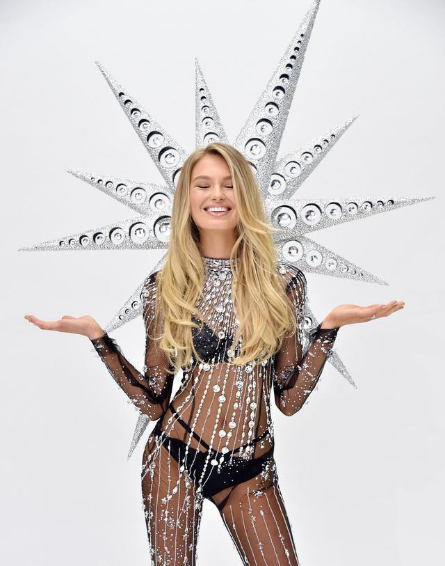 今年维密的Swarovski特制水晶秀服将由天使Romee Strijd演绎,整套Look使用了超过12万5千颗人造水晶,重达12公斤。