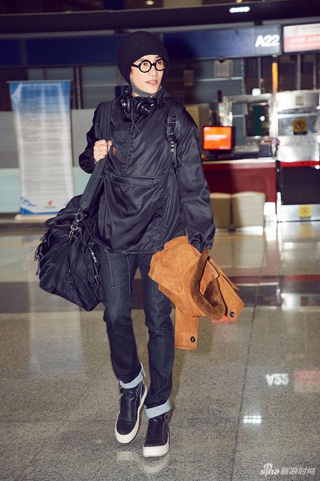 北京时间2018年1月13日,陈坤现身机场,启程Prada 2018秋冬米兰男装秀。他身穿经典黑色尼龙夹克素颜现身,搭配漫画图案双肩背包,简约低调打造时尚风向标。这是陈坤第二次获Prada邀请亮相秀场,他将再次与Prada的设计美学相遇。