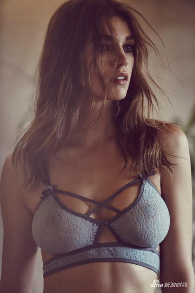 意大利美人瑟曼莎·格拉多维尔 (Samantha Gradoville) 一组闺房内衣写真秀完美S曲线。