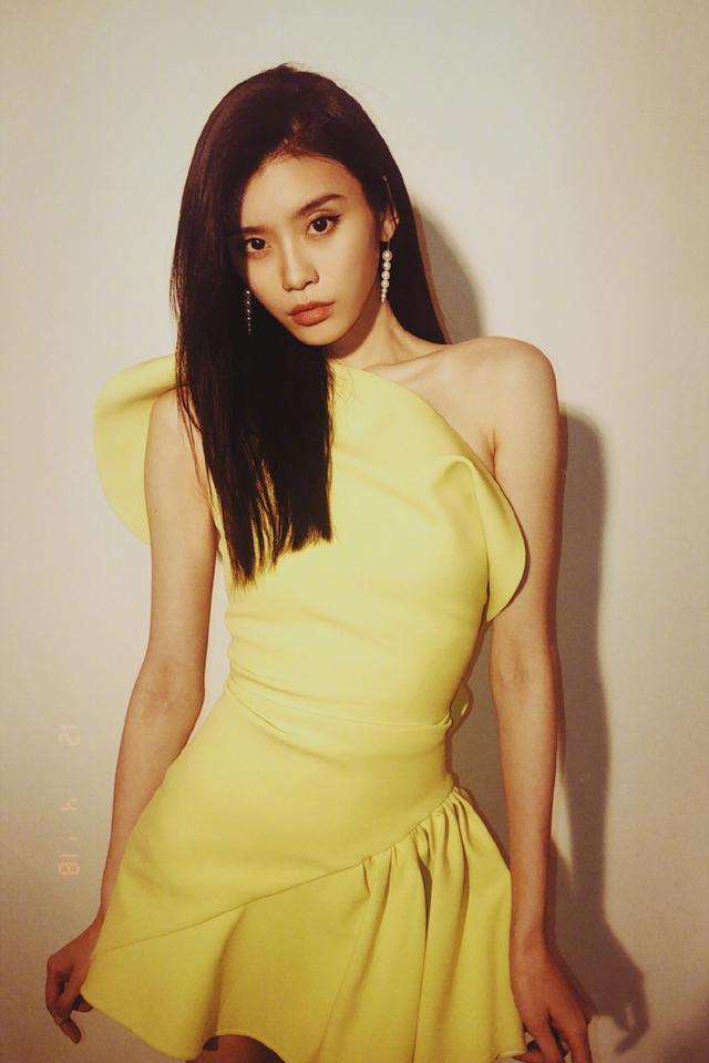 近日,超模奚梦瑶出席时尚活动,一身极具设计感的黄色礼服,秀出修长美腿与纤细蜂腰。