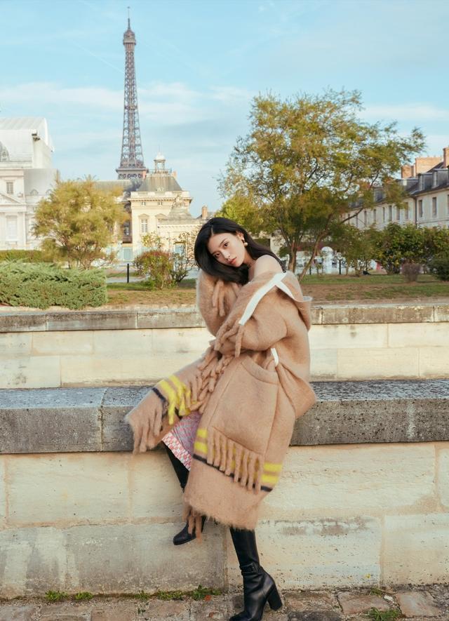 近日,超模奚梦瑶在巴黎的一组街拍曝光,她身穿粉裙外搭宽大外套,徜徉在巴黎风光中。