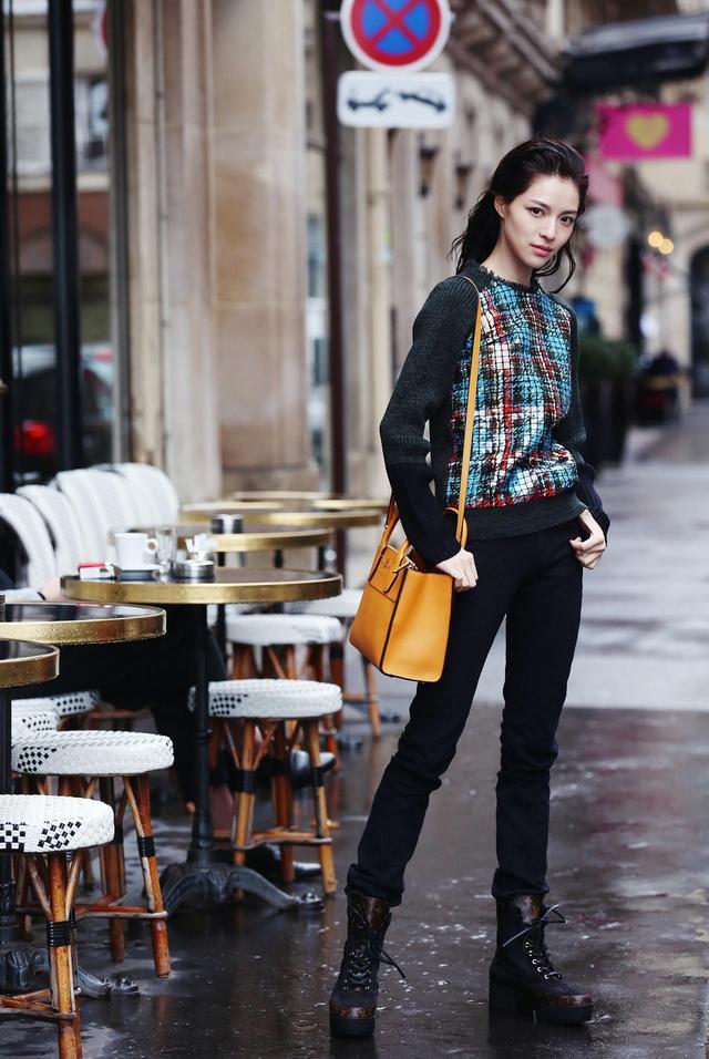 2018春夏巴黎时装周期间,首次亮相国际舞台的钟楚曦让人眼前一亮,本次做客新浪时尚独家策划明星街拍时刻,钟楚曦独特坚毅的面孔搭配高挑的身材,展现出不俗的时尚表现力。