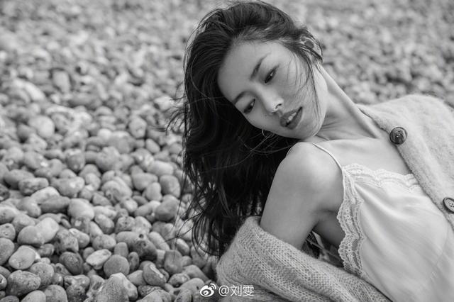 """1月11日,刘雯在微博晒出一组照片,称:""""海风,石砾,浪花,小小的我。""""照片中刘雯流连与海边,双腿修长,身材纤细,眼神深邃,仿佛会说话。她的肢体语言能传达她想表达的内容,于是海风,石砾,浪花,全部成了""""小小的我""""的背景点缀。"""