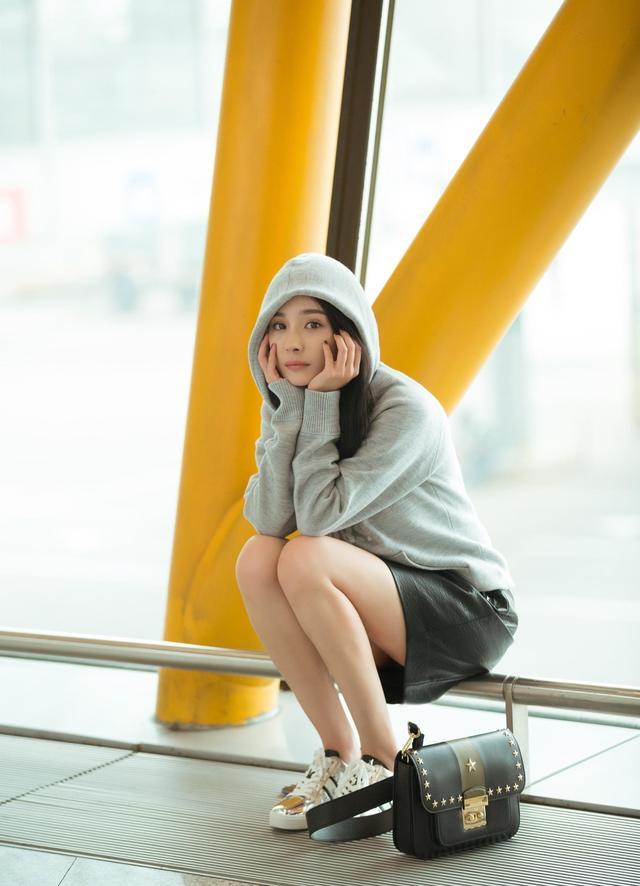 今天我们的时尚女王杨幂也踏上了纽约时装周的征程,灰色字母卫衣、搭配黑色皮裙,肩挎饰有星星铆钉手袋,脚踩运动鞋,时髦随性,率性真我。期待大幂幂在纽约时装周的精彩表现吧。