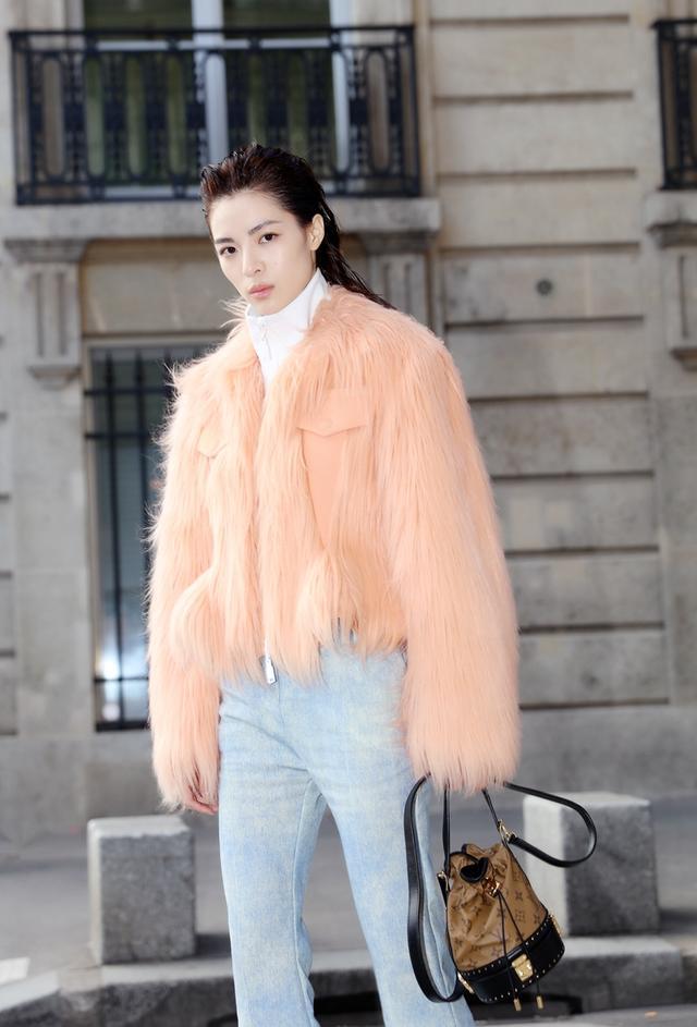 @钟楚曦 小姐姐身穿橘粉色faux fur夹克现身@路易威登 2018春夏大秀,极简线条演绎酷感时尚,完美诠释这一季的摩登风格。#钟楚曦巴黎时装周#