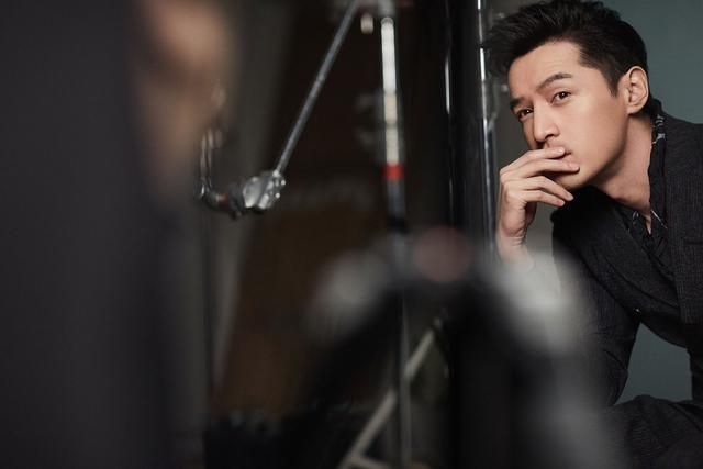 Emporio Armani 发布由大中华区及亚太区代言人胡歌演绎的2018春夏系列广告大片,大片中老胡展示了成熟男人的魅力,男人经过了岁月的雕琢更加深、神秘,帅气的老胡亦正亦邪,拥有一颗男孩心。