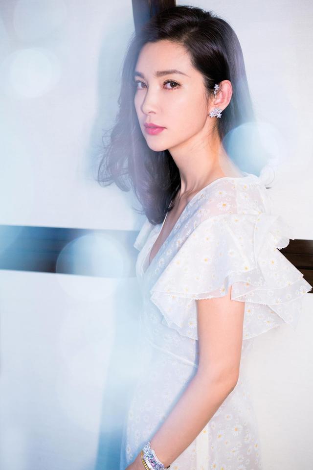 """李冰冰最新视觉片曝光,光影氤氲中李冰冰 一袭雏菊长裙十分轻盈灵动,将高雅的迷人气质诠释的淋漓尽致。简约又不失魅力的造型让人眼前一亮,低腰含笑上演""""温柔杀""""。"""