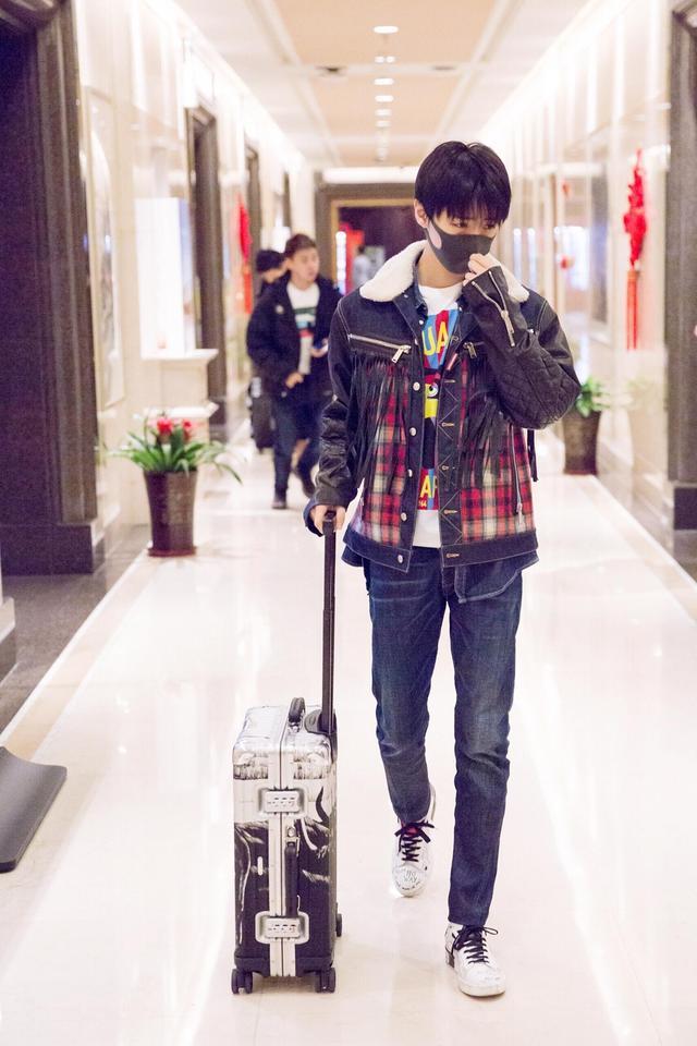 昨日,#王俊凯#以一身简单率性的私服look现身机场,格纹流苏短款夹克让少年看起来更加的质感有型,搭配印花T恤衫为整体造型增添些许趣味,期待每一次的私服凯! @TFBOYS-王俊凯