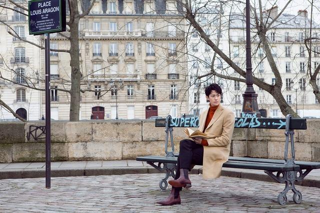 日前,秦俊杰一组时尚街拍曝光。巴黎塞纳河畔,秦俊杰或坐在长椅上安静品书,或伫立河畔凝视远方,与背景中的河鸥共同构成了一幅静谧美好的画面。驼色大衣内搭橙色高领毛衣,展露出不同往常的文艺气质。