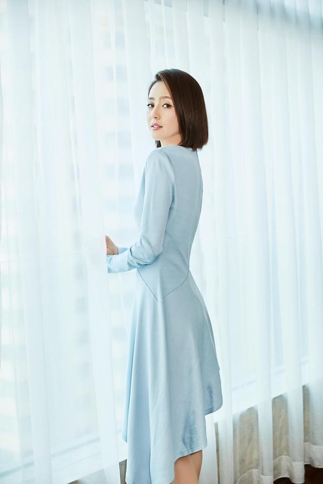 近日,佟丽娅出席活动,一身剪裁别致的蓝色连衣裙,勾勒出曼妙曲线,脚踩裸色系高跟,大秀修长美腿。