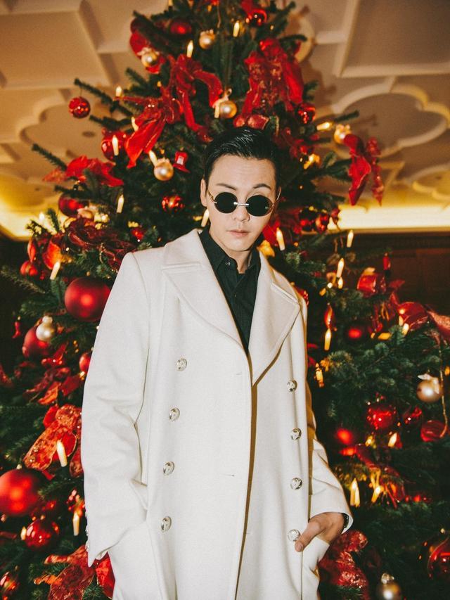 #香奈儿在汉堡# 陈伟霆身着香奈儿2017秋冬高级成衣系列白色长大衣,佩戴Chanel 黑色腕表,现身汉堡,一身白色长款风衣将他装扮得异常英俊潇洒。