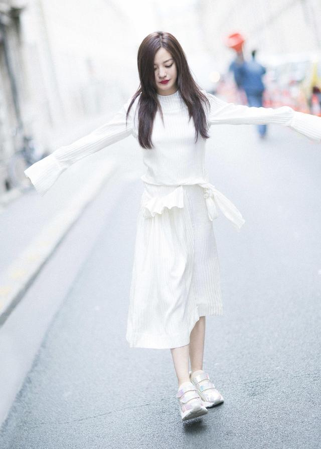 """近日,赵薇一组巴黎街拍曝光,三套造型风格多变。简约的格纹西装搭配丝绒手袋;颇具层次感的热带天堂鸟印花套装搭配驼色单肩包,以繁配简,连材质都相衬得恰到好处,赵薇的好衣品一览无遗。但即使不论搭配,简单干净的白色裙装穿在她身上也格外迷人,恬静又温柔。多种风格轻松驾驭,赵薇的美""""浓妆淡抹总相宜""""。"""