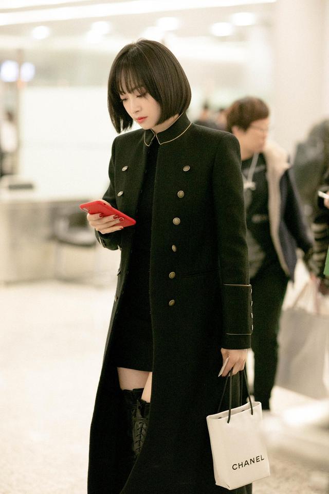 12月6日,宋茜全黑look现身机场,长款大衣搭配过膝长靴,酷劲十足,如同二次元漫画美少女。