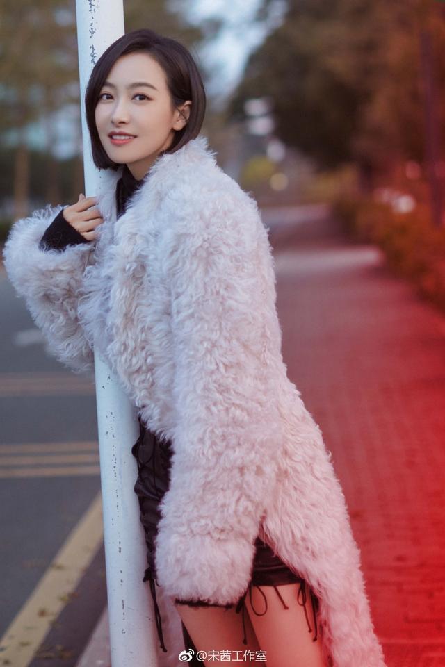 近日,宋茜工作室晒出宋茜的一组街拍照,利落短发的的她身穿白色毛绒外套搭配黑色针织衫、皮裙,干练尽显。