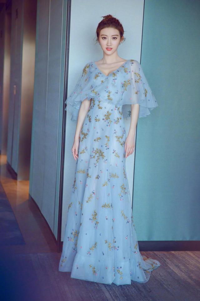 近日,景甜晒出一组美图,她身穿一袭蓝色刺绣点缀的花裙,清新甜美,配上俏皮丸子头,更加可爱迷人。