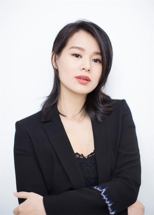 近日,演员胡杏儿以一身黑色西装内搭蕾丝衬衣亮相某品牌活动,造型利落优雅,产后身材恢复令人十分羡慕。