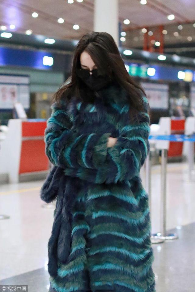 近日,迪丽热巴现身首都机场。身穿孔雀绿大衣搭配牛仔裤,脚踩白色的高跟鞋,一身穿搭时髦又贵气。
