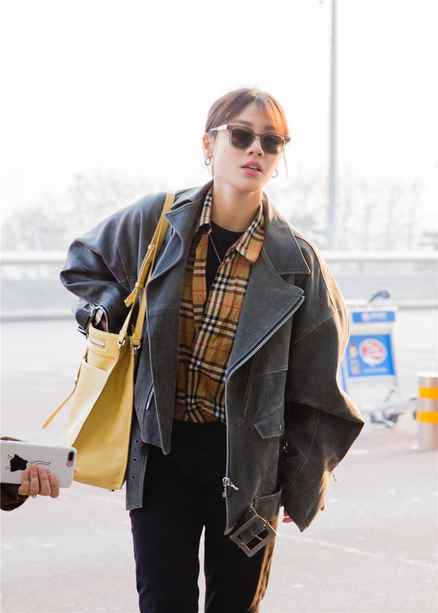 3月10日,马思纯现身北京机场,前往湖南长沙录制快乐大本营,身穿黄色格纹衬衫搭配深灰色外套,黑色小脚裤配同色短皮靴,肩背亮黄色单肩包,潇洒率性。