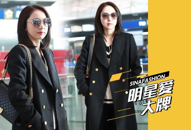 近日,董璇身穿酷黑大衣搭配过膝靴的造型现身机场,尽显女神气场。大牌包和黑超更是女演员的私服标配。董璇看上去气色很好,颜值依旧巅峰。