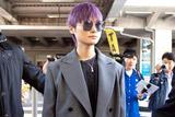 这是什么神仙搭配 李宇春紫发灰装健美裤抵戛纳