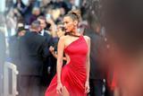 《痛苦与荣耀》首映红毯 贝拉再穿红裙造型狂秀美背