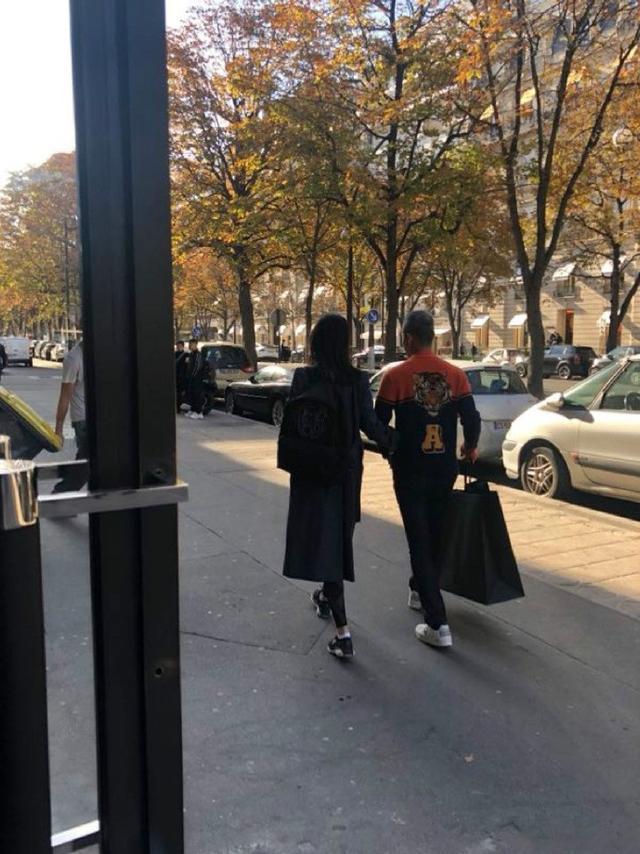 10月12日,有网友晒出在纽约一奢侈品牌男装店内偶遇王石与妻子田朴珺的照片。王石试了不少衣服,田朴珺亲自为其整理衣衫,看起来十分甜蜜。两人逛街血拼,王石还贴心为田朴珺暖手。
