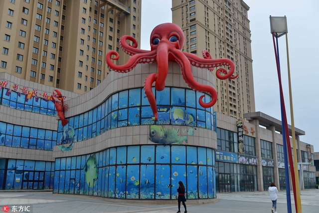 """2017年9月8日,辽宁省沈阳市,一海鲜酒楼顶部出现""""巨型章鱼""""雕塑张牙舞爪占大楼。"""