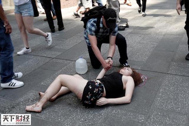 纽约当地时间18日正午刚过,一辆轿车突然从第七大道冲向时代广场的行人,已导致1人死亡23人伤。26岁的司机R. Rojas是纽约本地人已被逮捕。目击者称该车似乎专门撞击行人,但警方暂时认为本案并不是恐怖袭击。图为一名受伤的女子躺在时代广场的路面上。