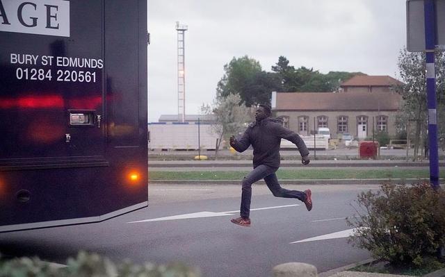 9月14日消息,12日,法国Ouistreham,移民试图在Ouistreham的渡口攀上卡车以便偷渡到达英国。