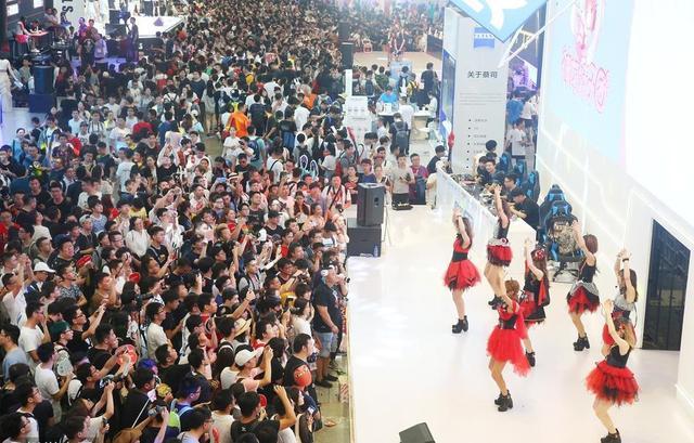 2018年8月4日,上海,2018chinajoy第二天,现场人山人海,VR成为各个展台互动主角。