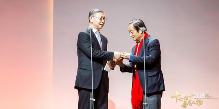 2019央視十大經濟人物_...心向2010年CCTV十大經濟人物評選活動現場提供鋼琴