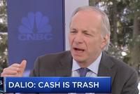 """達利歐:""""現金就是垃圾"""" 建議持有全球多元化投資組合"""