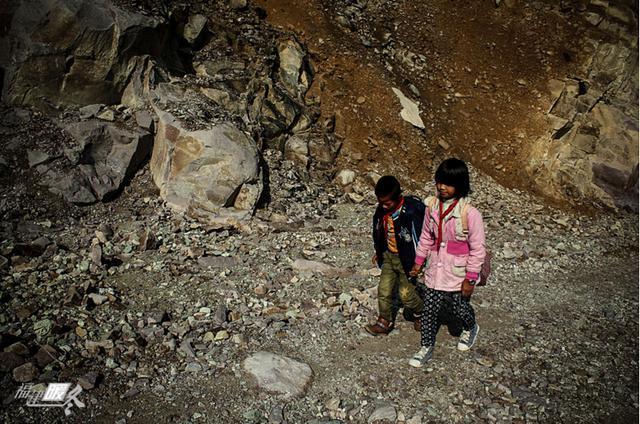 旁边就是山崖,偶尔会遇上碎石滑落,这是卢玉婷三姐弟从家通往学校唯一的路,他们在寿宁县平溪乡亭下小学读书,每天要走一个多小时的山路才能到学校…