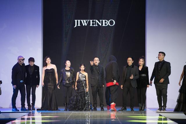 2017年11月19日晚,2017厦门国际时尚周颁奖盛典作为压轴大戏在一片华彩斑斓中盛大启幕。 盛典上,中国服装设计行业著名设计师、厦门国际时尚周组委会主席计文波对本届厦门国际时尚周的成果进行了总结并发表对于2018年的展望。