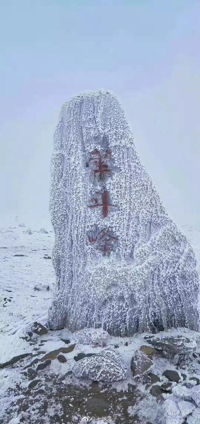 进入十月份以来,连日的低温天气,五台山天降瑞雪,加上山顶风大,一夜之间,金色五台竟变成了冰雪佛国!放眼望去,五台山顶白雪皑皑,银装素裹,冰雪附在寺庙、山间、路道……就连佛菩萨圣像,都裹上了一层白色的雪衣。(摄影:@上党落子)
