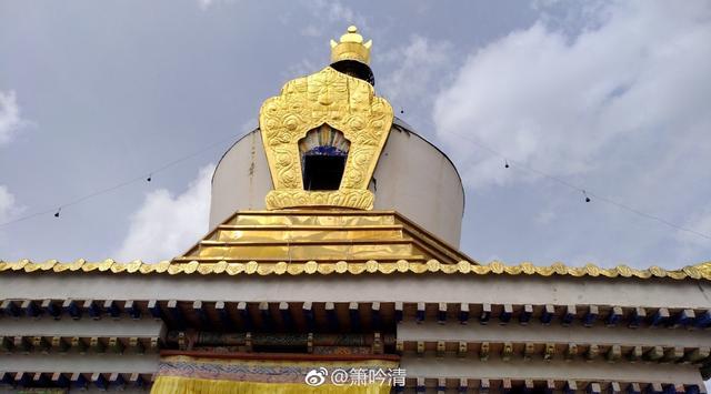 郎木寺分为两部分,一个为四川达仓郎木寺寺院,也叫做格尔底寺,虎穴、仙女洞、郎木寺大峡谷以及肉身佛舍利都位于四川郎木寺这边。另一个是甘肃寺院,也叫赛赤寺,两个寺院隔着小溪相互守望。摄影:箫吟清