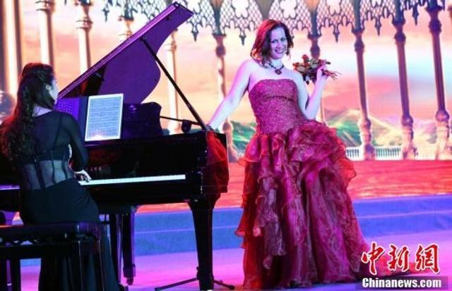 """11月13日,""""北美之星""""艺术团成员在演唱歌剧《朱迪塔》中的《我的唇如此炙热》。"""