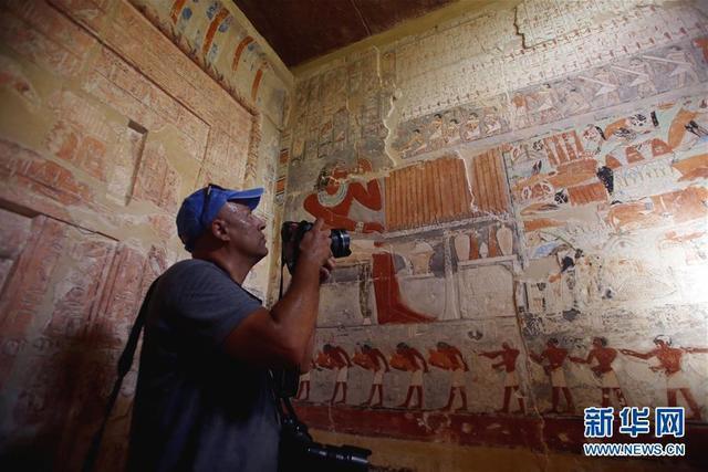 9月8日,在埃及吉萨省塞加拉地区,一名男子在古墓内拍摄。   埃及文物部8日在首都开罗以南塞加拉地区为埃及古王国时期的一座古墓举行开放仪式。这是古墓自1939年被发现以来首次对公众开放。   新华社发(艾哈迈德·戈马摄)