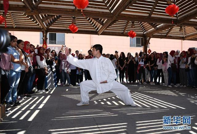 10月8日,在位于开罗的埃及博物馆内,开罗大学孔子学院一名教师表演武术。 开罗大学孔子学院文化日活动8日走进埃及博物馆,以书法、武术、剪纸等形式展示中国传统文化。 新华社记者邬惠我摄