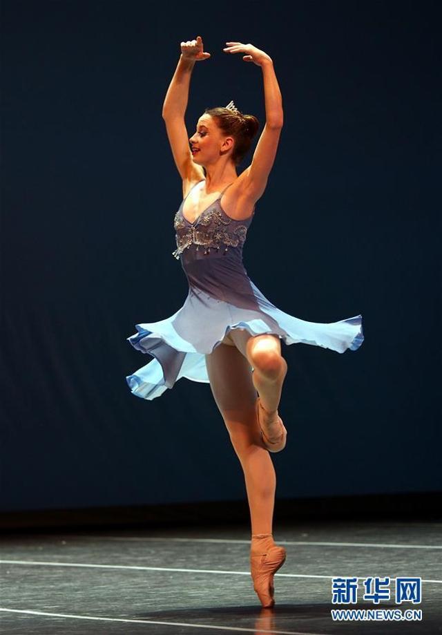 8月9日,一名南非选手在少年组决赛中。 当日,经过四天的复赛和半决赛,第六届上海国际芭蕾舞比赛进入决赛阶段,来自世界各地的73名选手将在上海国际舞蹈中心展开角逐。 新华社记者 任珑 摄