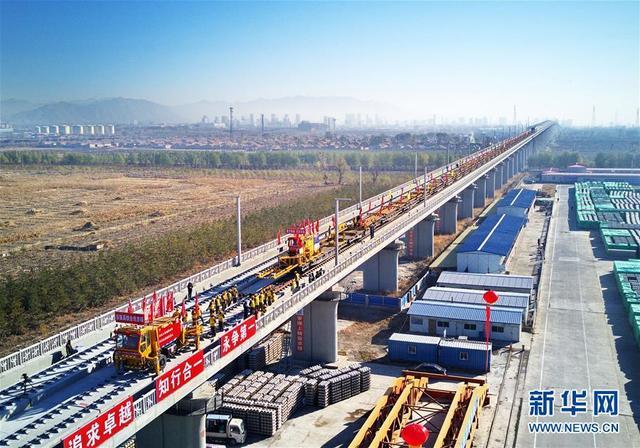 11月1日,中铁三局的工人在京张高铁河北怀来段铺轨现场工作(无人机拍摄)。当日,由中铁三局承建的京张高铁全线铺轨工程正式开始。京张高铁是国家重点建设项目,是2022年北京冬奥会的重要交通保障线。
